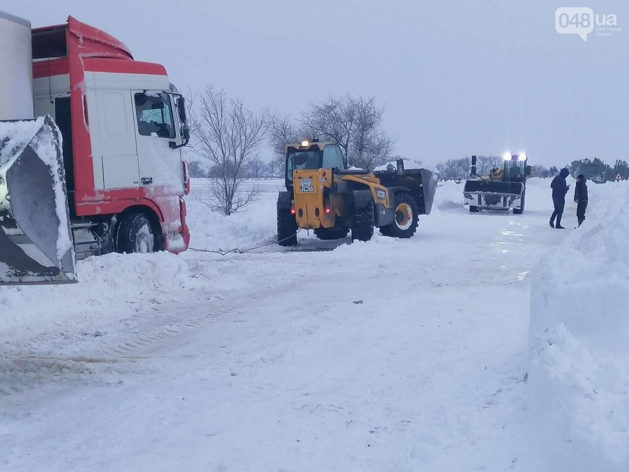 300 грузовых автомобилей застряли в снегу на трассах в Одесской области,- ФОТО, ВИДЕО, фото-2