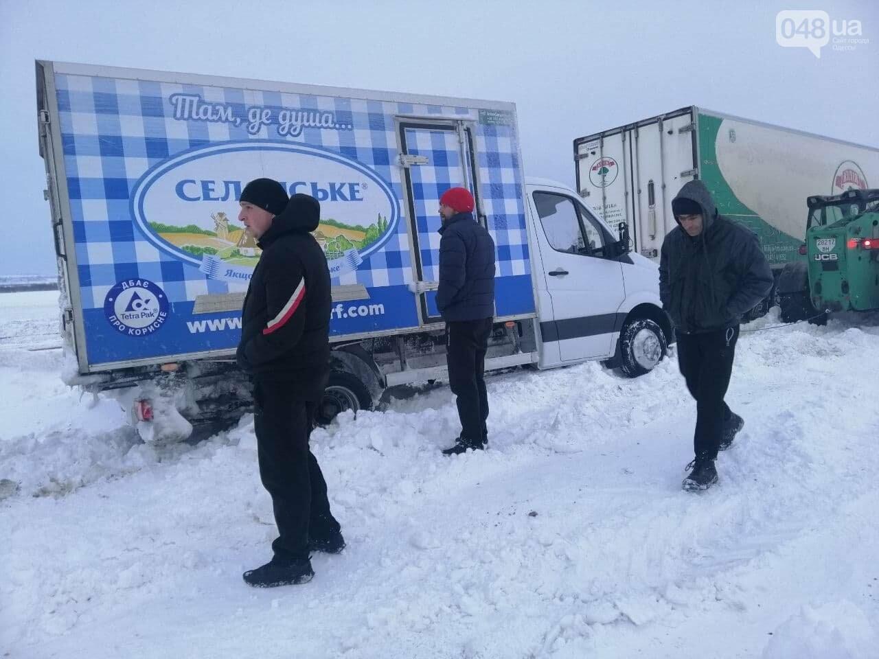 300 грузовых автомобилей застряли в снегу на трассах в Одесской области,- ФОТО, ВИДЕО, фото-6