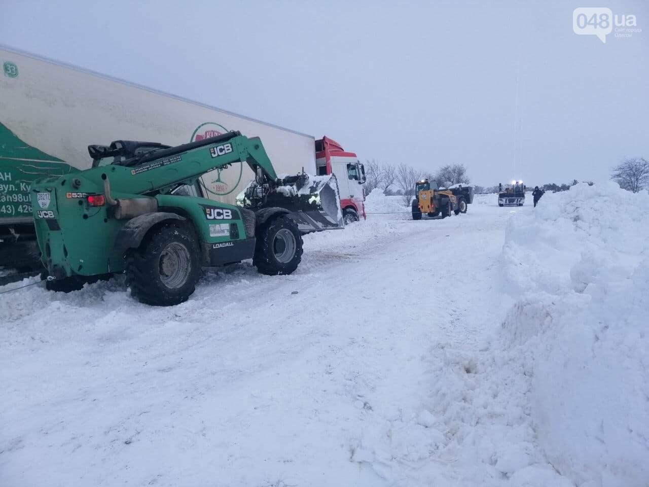 300 грузовых автомобилей застряли в снегу на трассах в Одесской области,- ФОТО, ВИДЕО, фото-1