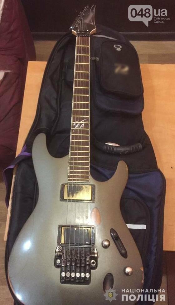 В Одессе на Дерибасовской у уличного музыканта украли гитару, - ФОТО, фото-1
