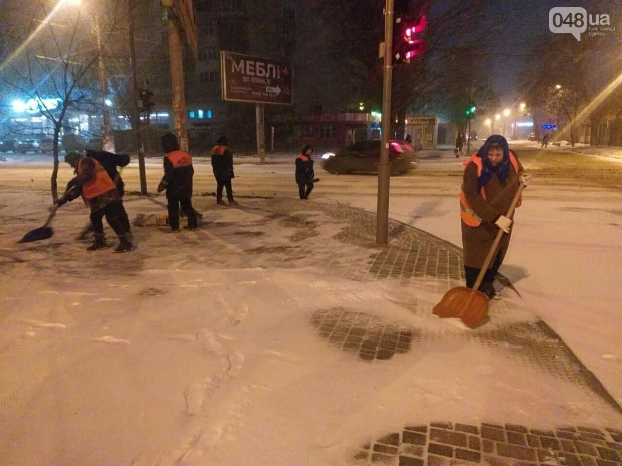 В Одессе около 100 автомобилей всю ночь разгребали снег и посыпали улицы,- ФОТО, ВИДЕО, фото-10