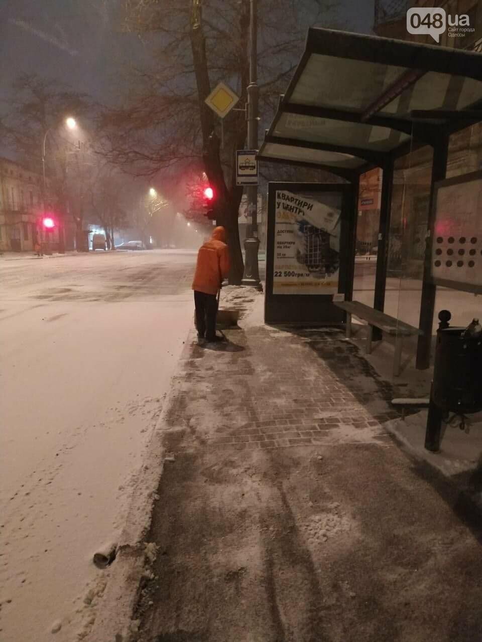 В Одессе около 100 автомобилей всю ночь разгребали снег и посыпали улицы,- ФОТО, ВИДЕО, фото-11