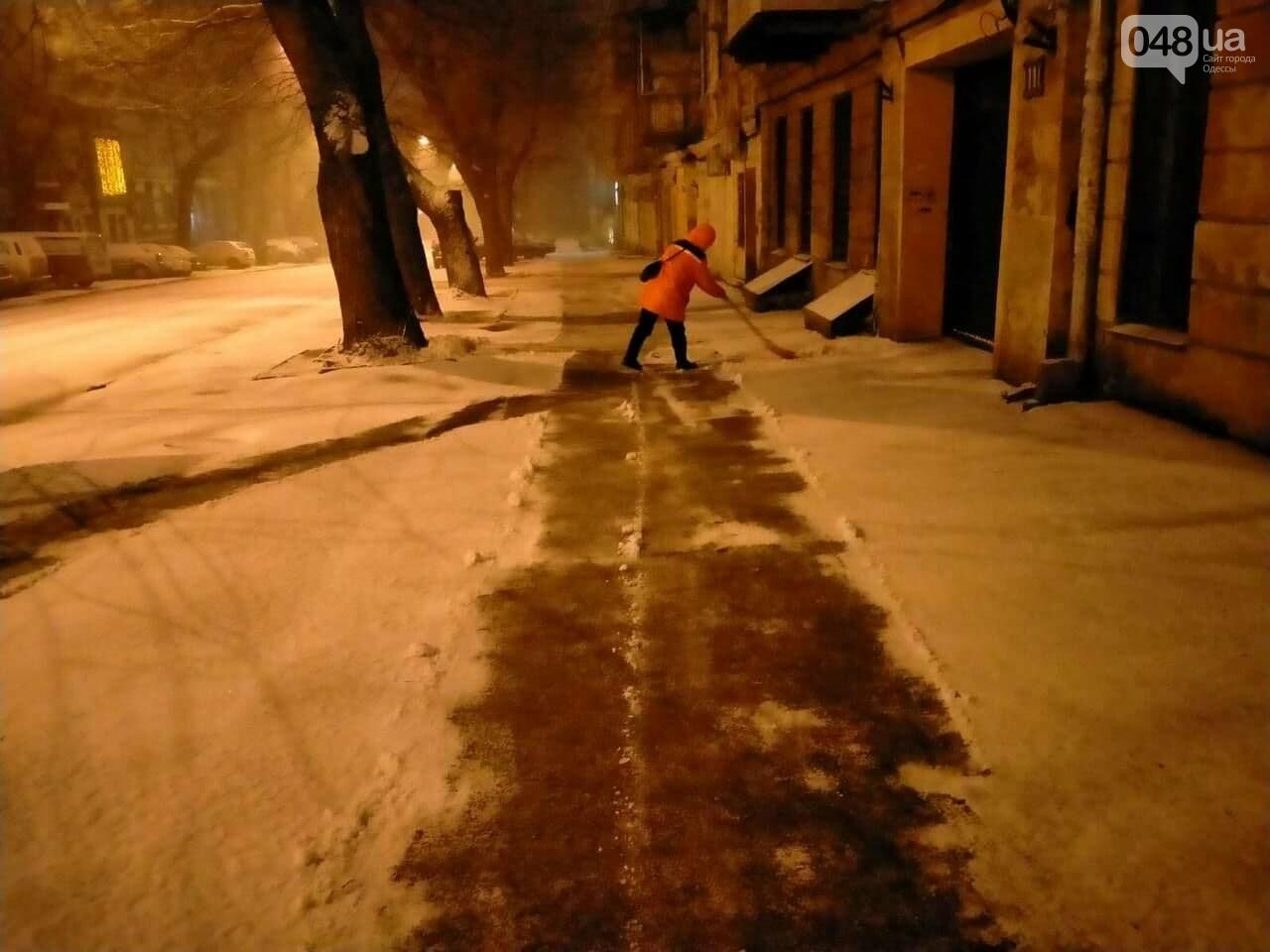 В Одессе около 100 автомобилей всю ночь разгребали снег и посыпали улицы,- ФОТО, ВИДЕО, фото-12