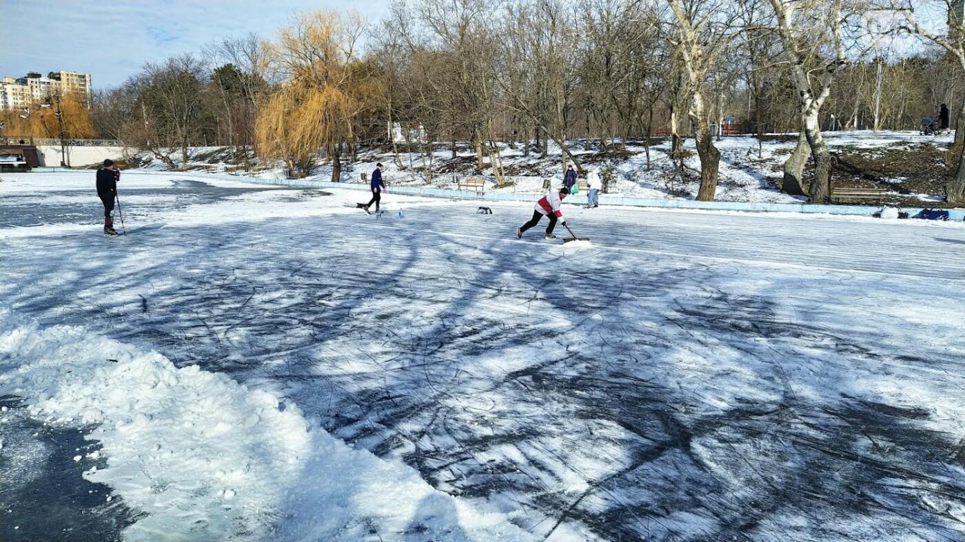 На замерзшем пруду в Одесском парке устроили спортивные состязания, - ФОТО, фото-16, ФОТО: Александр Жирносенко.