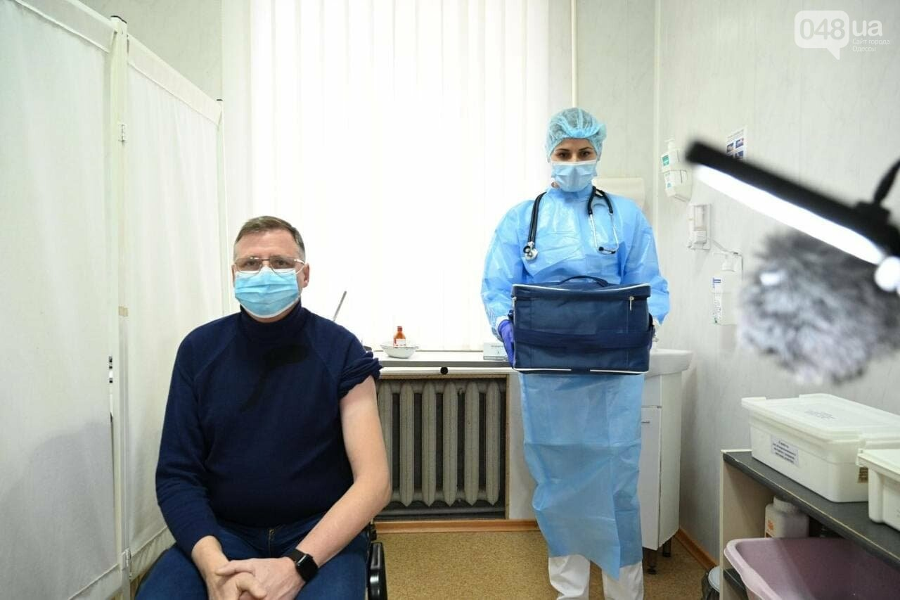 Стало известно имя врача, который первым вакцинировался от коронавируса в Одессе,- ФОТО, фото-1