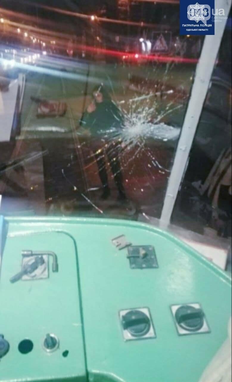 Вёл себя неадекватно и разбил стекло трамвая: в Одессе задержали хулигана, - ФОТО, фото-1