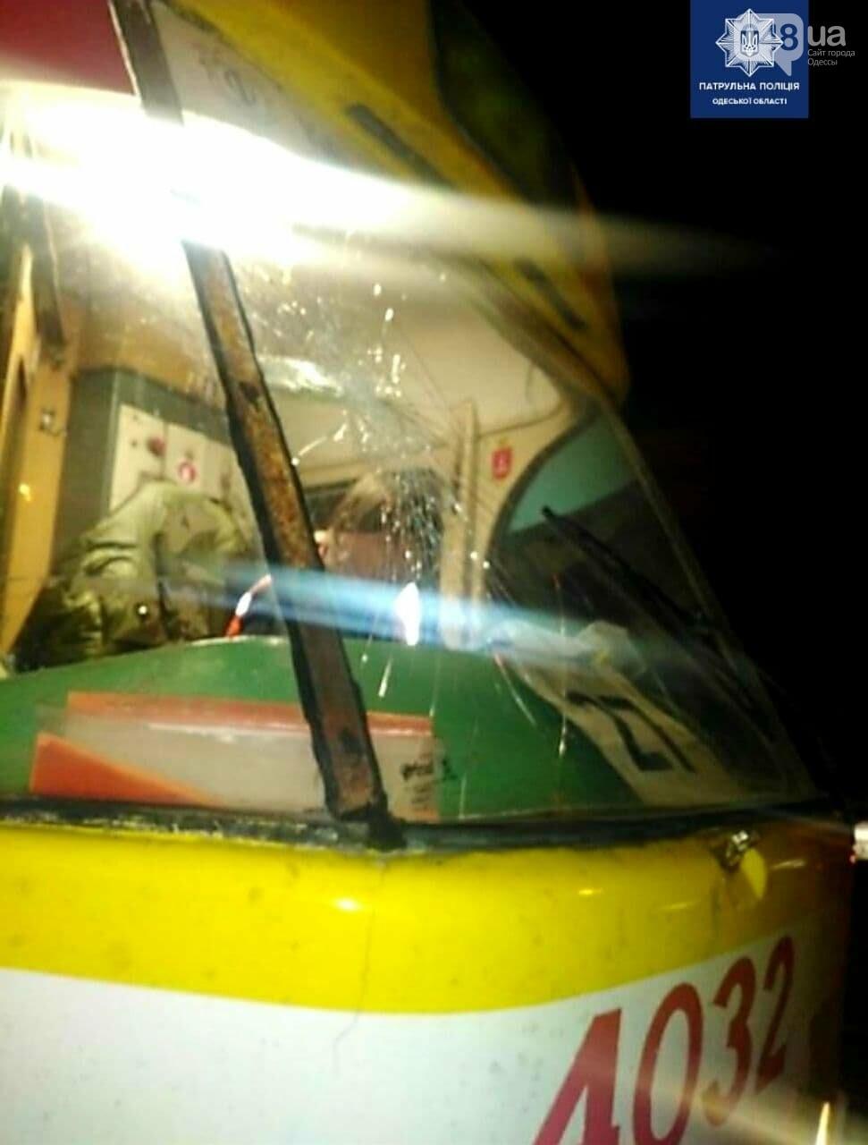 Вёл себя неадекватно и разбил стекло трамвая: в Одессе задержали хулигана, - ФОТО, фото-2
