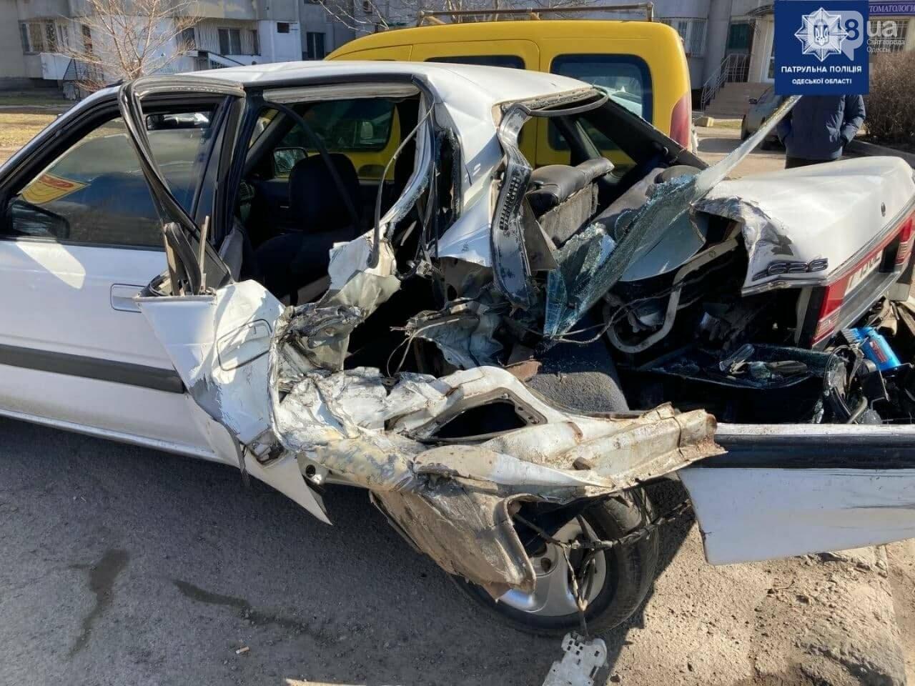 Разорвало заднюю часть автомобиля: в Одессе на посёлке Котовского произошло ДТП, - ФОТО , фото-1