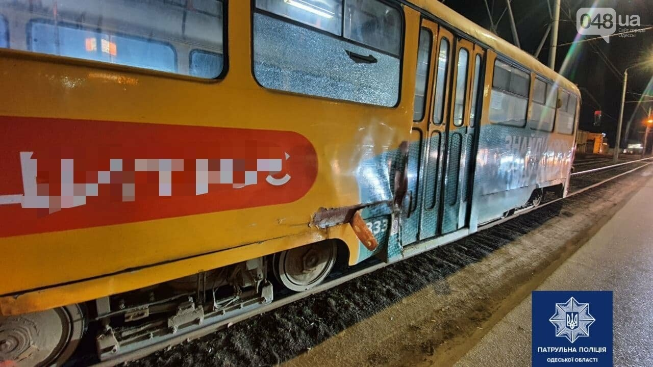 Тройное ДТП в Одессе: маршрутка, легковушка и трамвай не поделили дорогу, - ФОТО, фото-1