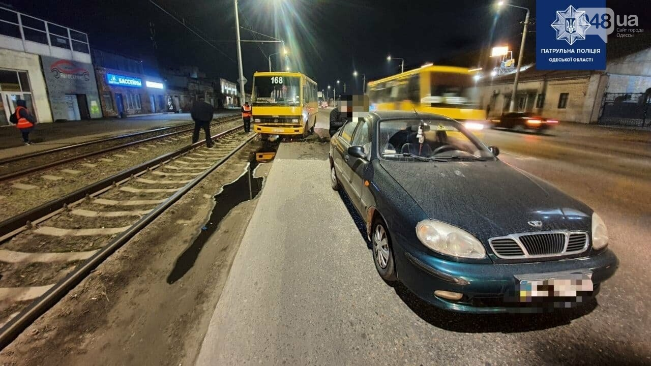 Тройное ДТП в Одессе: маршрутка, легковушка и трамвай не поделили дорогу, - ФОТО, фото-3