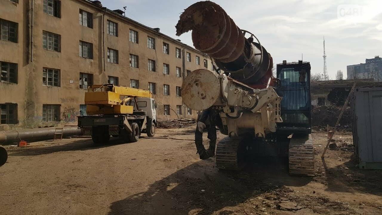 На территорию ОНАПТ заехала строительная техника.