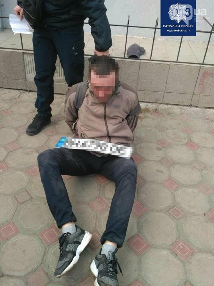 Украл автомобильные номера и прыгал на капоте: в Одессе задержали серийного вора, - ФОТО, фото-1