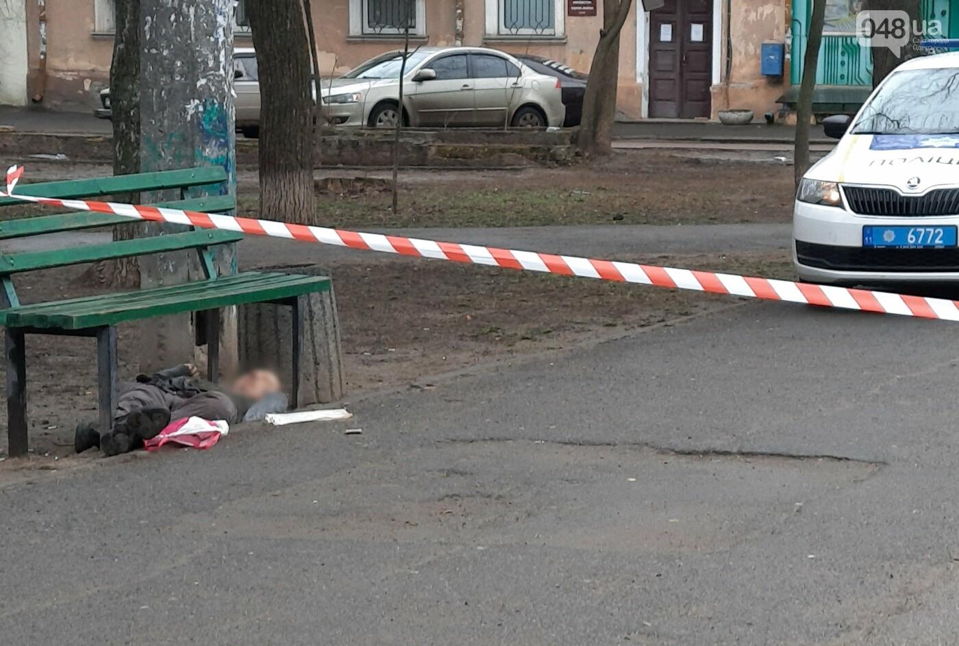 В центре Одессы нашли под лавочкой тело мужчины, - ФОТО, фото-2