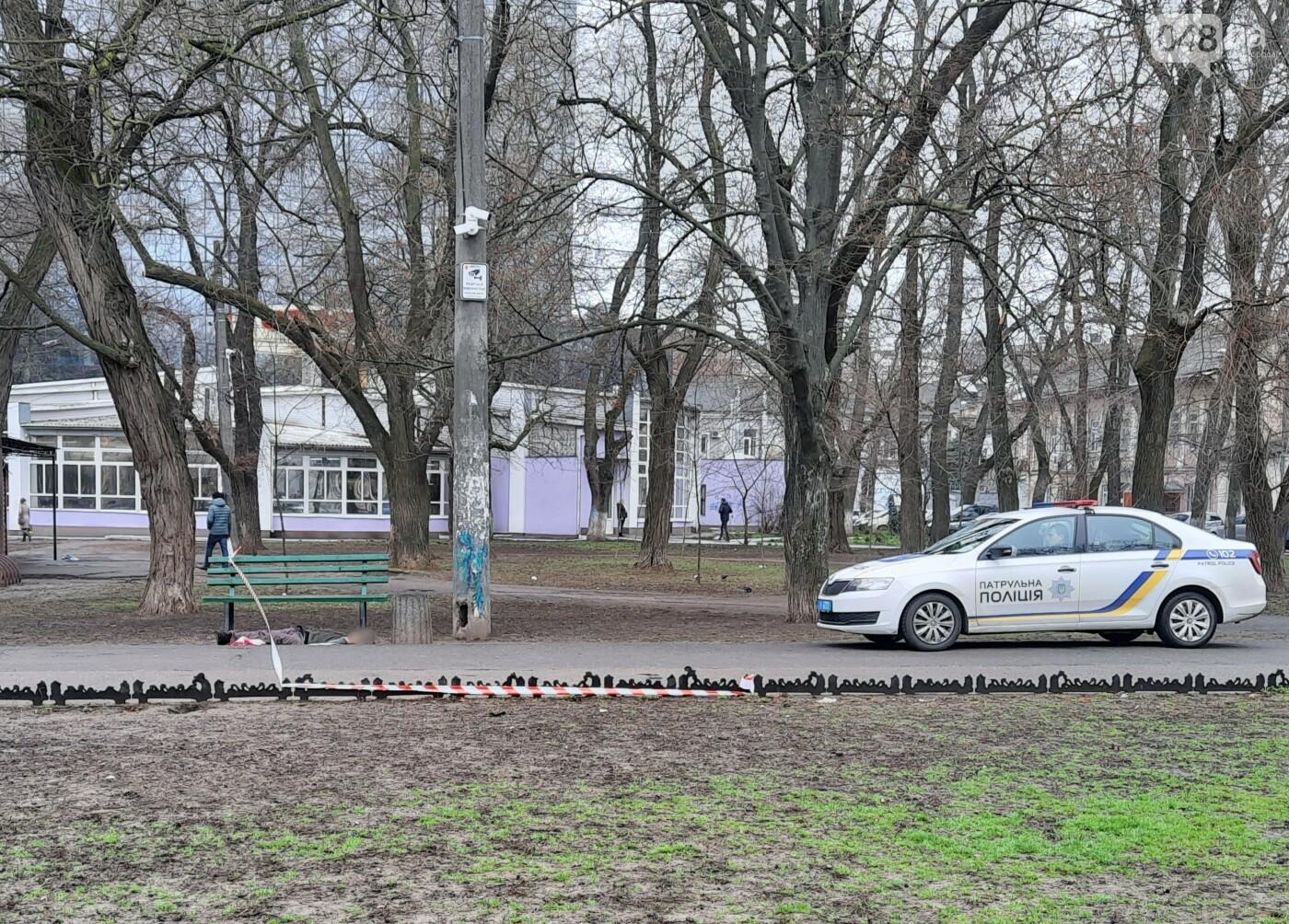 В центре Одессы нашли под лавочкой тело мужчины, - ФОТО, фото-4