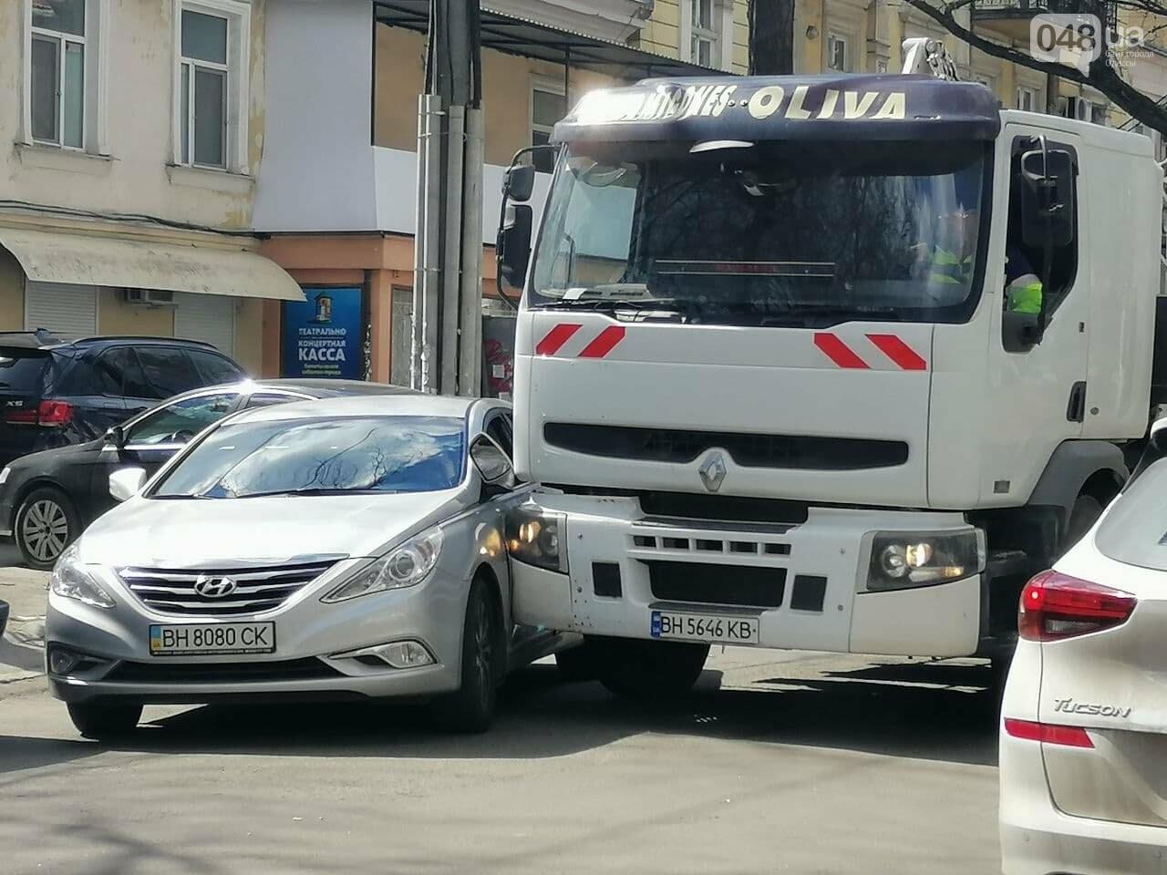 В центре Одессы автопогрузчик въехал в легковушку,- ФОТО, фото-1