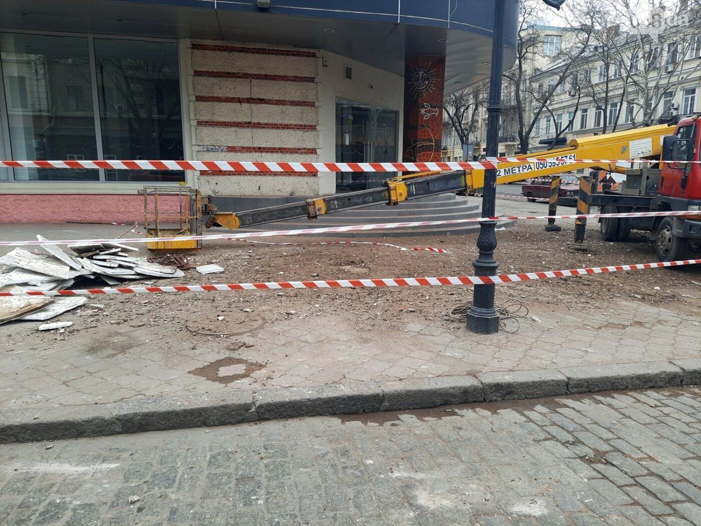 В Одессе на Дерибасовской ликвидируют последствия обвала фасада, - ФОТО, ВИДЕО , фото-1
