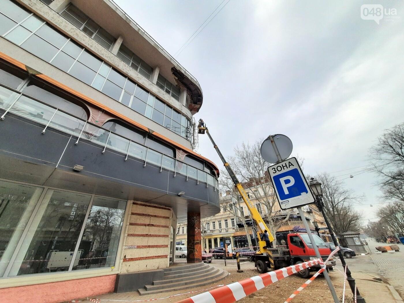 В Одессе на Дерибасовской ликвидируют последствия обвала фасада, - ФОТО, ВИДЕО , фото-9