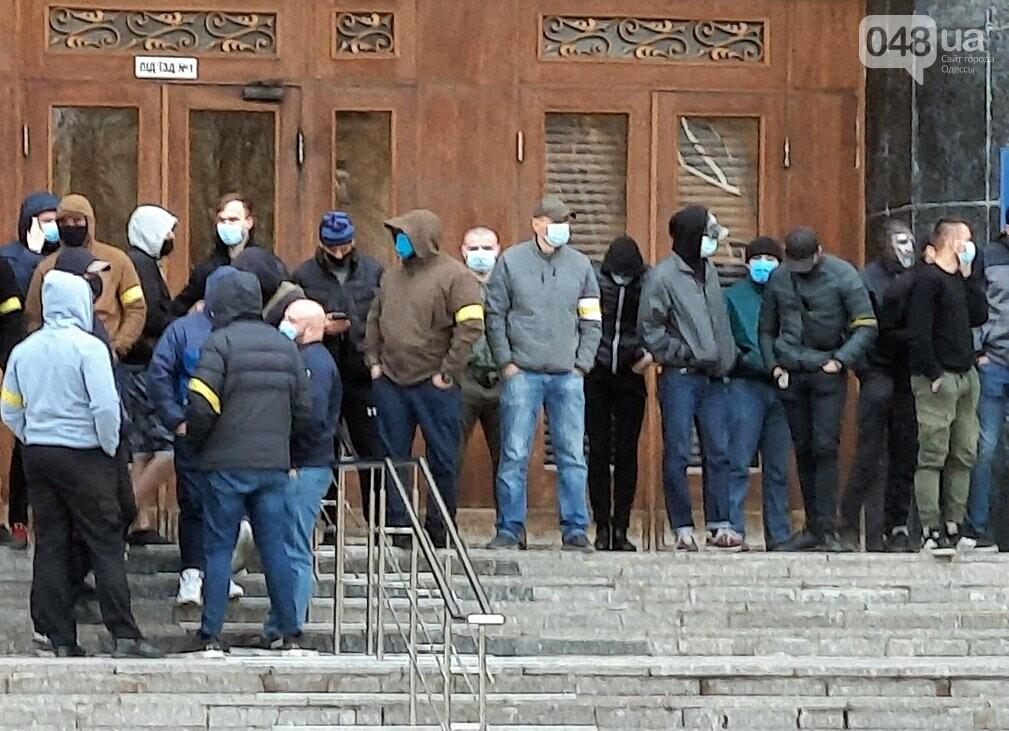 В Одессе неизвестные в масках и балаклавах окружили здание обладминистрации, - ФОТО, фото-1