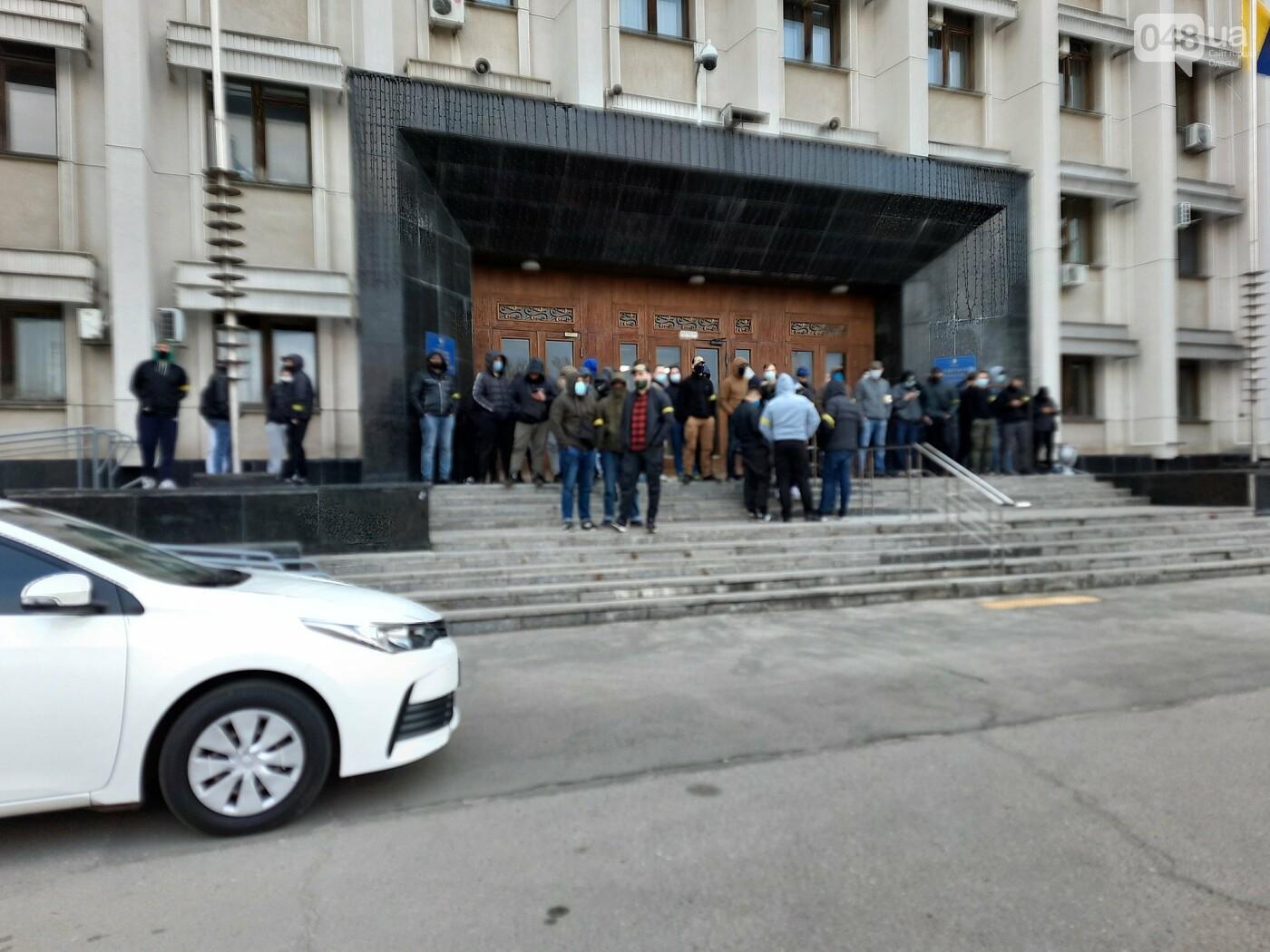 В Одессе неизвестные в масках и балаклавах окружили здание обладминистрации, - ФОТО, фото-2