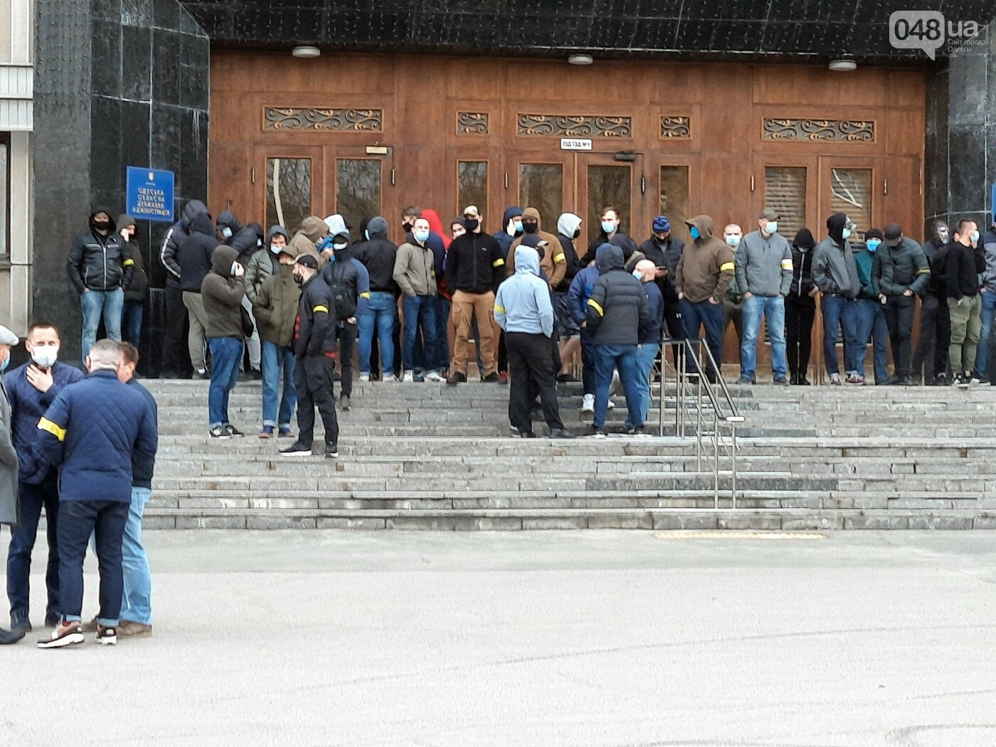 В Одессе неизвестные в масках и балаклавах окружили здание обладминистрации, - ФОТО, фото-3