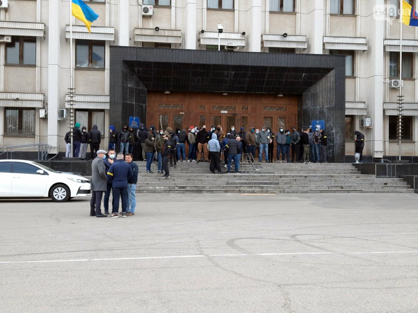 В Одессе неизвестные в масках и балаклавах окружили здание обладминистрации, - ФОТО, фото-4