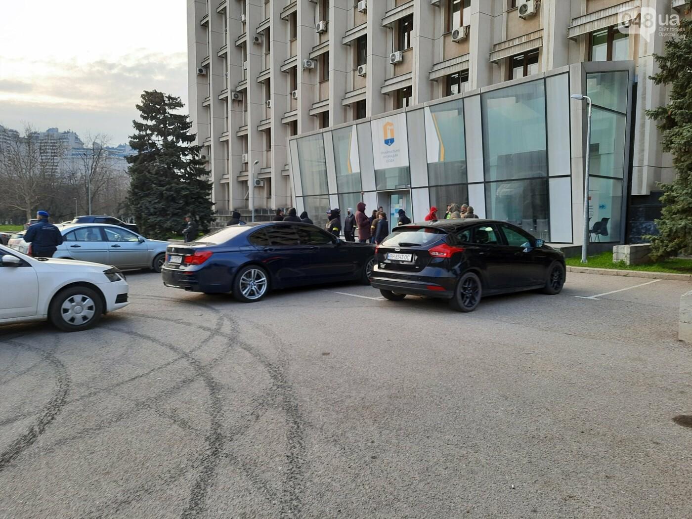 В Одессе неизвестные в масках и балаклавах окружили здание обладминистрации, - ФОТО, фото-6