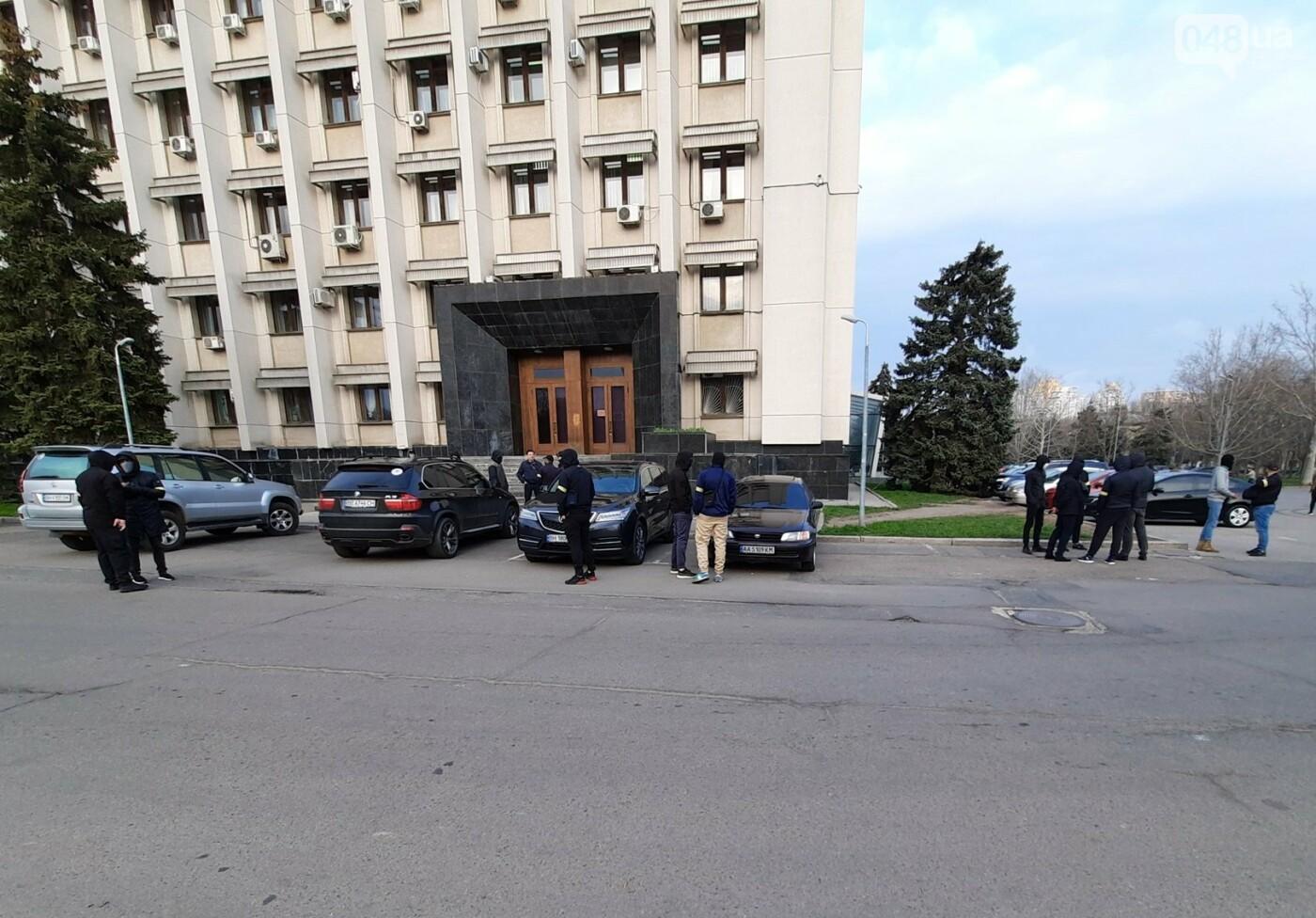 В Одессе неизвестные в масках и балаклавах окружили здание обладминистрации, - ФОТО, фото-8