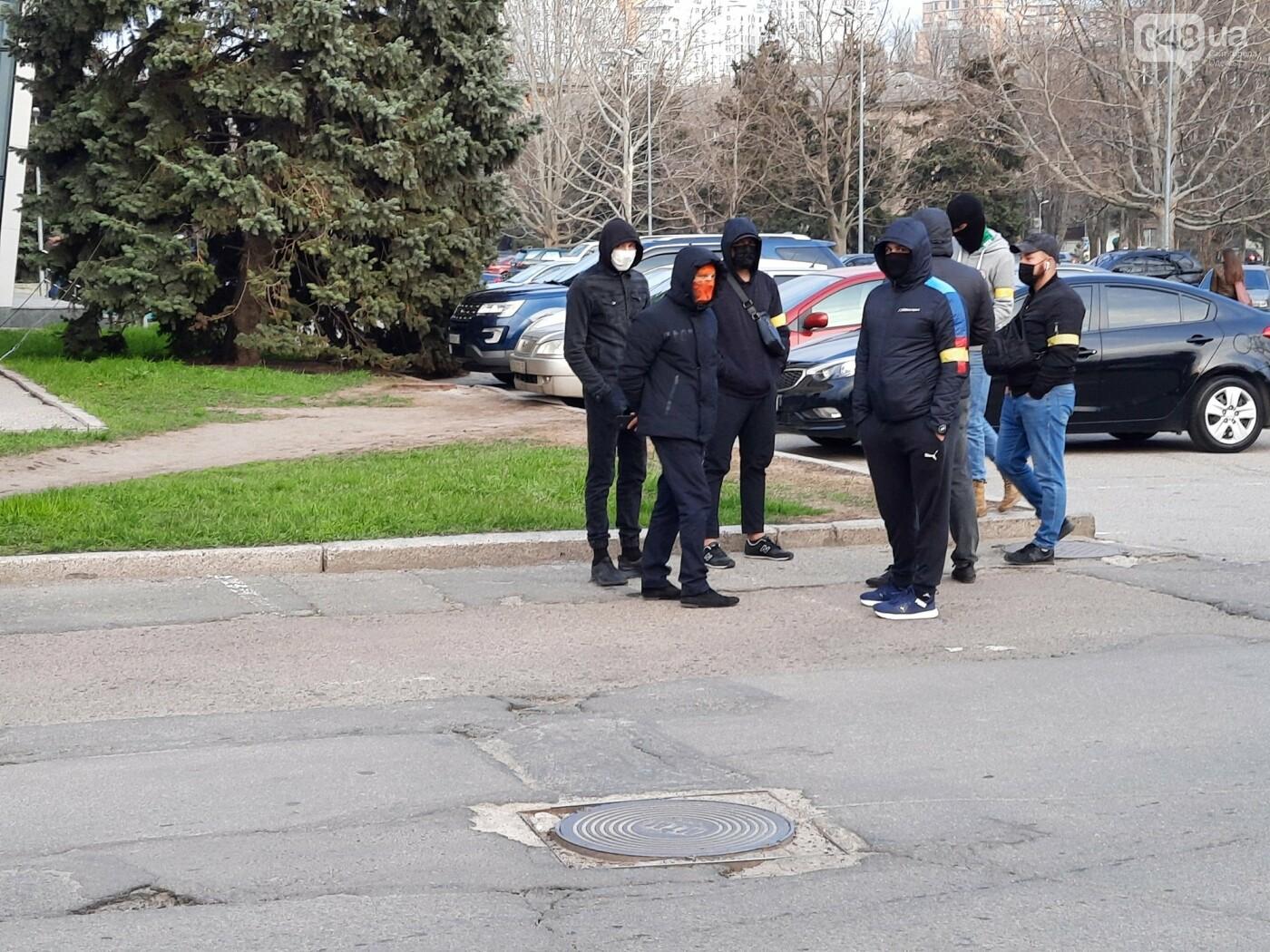 В Одессе неизвестные в масках и балаклавах окружили здание обладминистрации, - ФОТО, фото-9