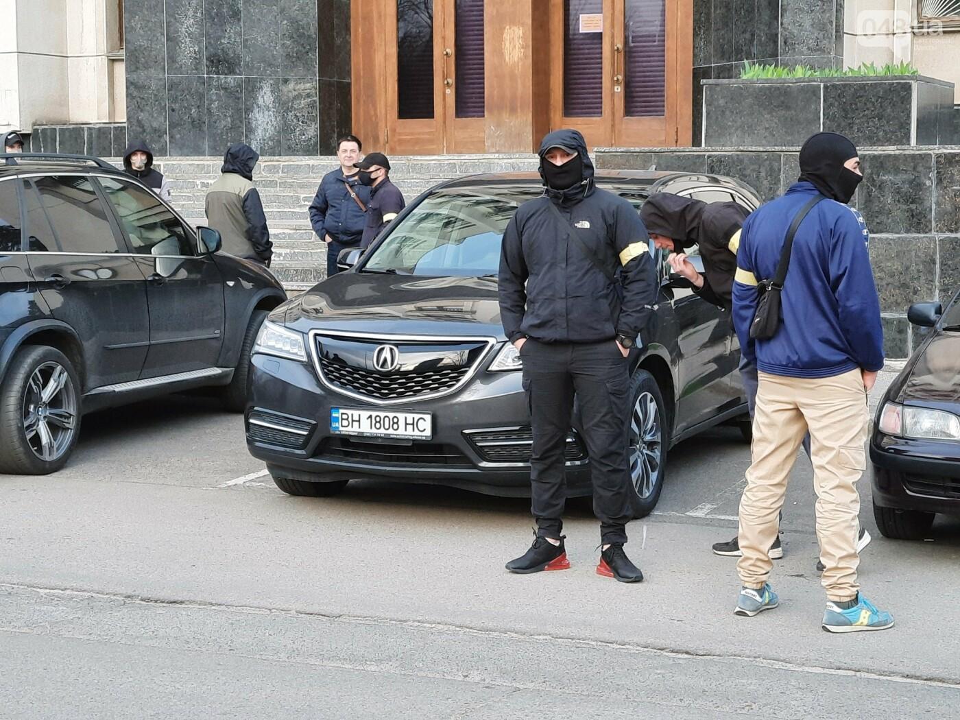 В Одессе неизвестные в масках и балаклавах окружили здание обладминистрации, - ФОТО, фото-10