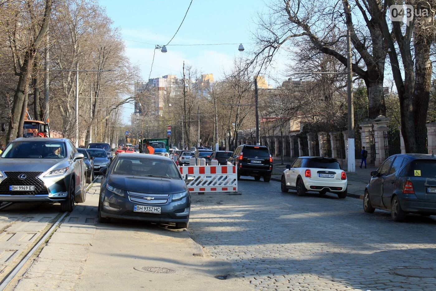 На Французском бульваре перестилают брусчатку: автомобили едут по рельсам, - ФОТО, ВИДЕО , фото-5
