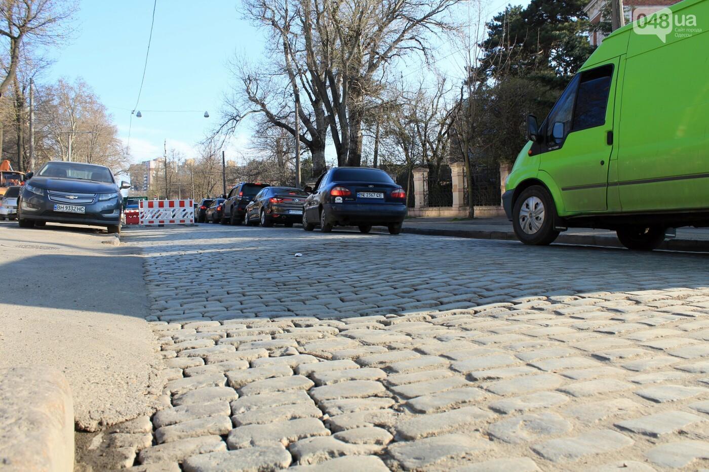 На Французском бульваре перестилают брусчатку: автомобили едут по рельсам, - ФОТО, ВИДЕО , фото-11