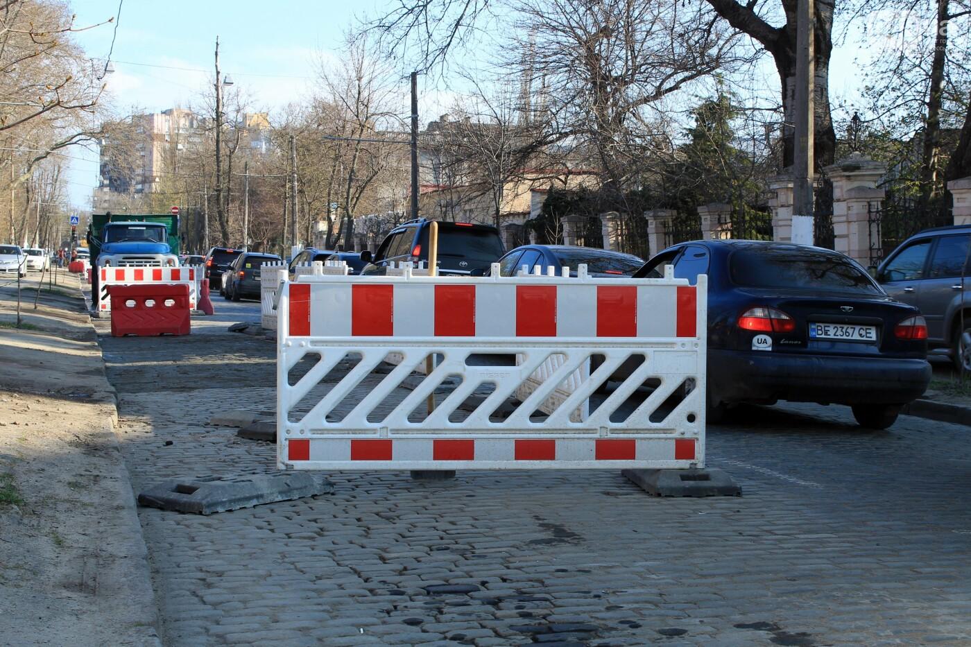 На Французском бульваре перестилают брусчатку: автомобили едут по рельсам, - ФОТО, ВИДЕО , фото-1