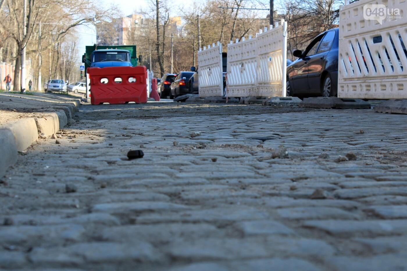 На Французском бульваре перестилают брусчатку: автомобили едут по рельсам, - ФОТО, ВИДЕО , фото-4