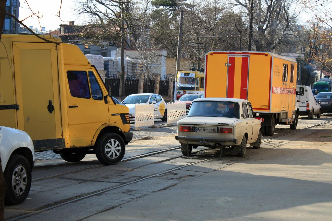 На Французском бульваре перестилают брусчатку: автомобили едут по рельсам, - ФОТО, ВИДЕО , фото-2