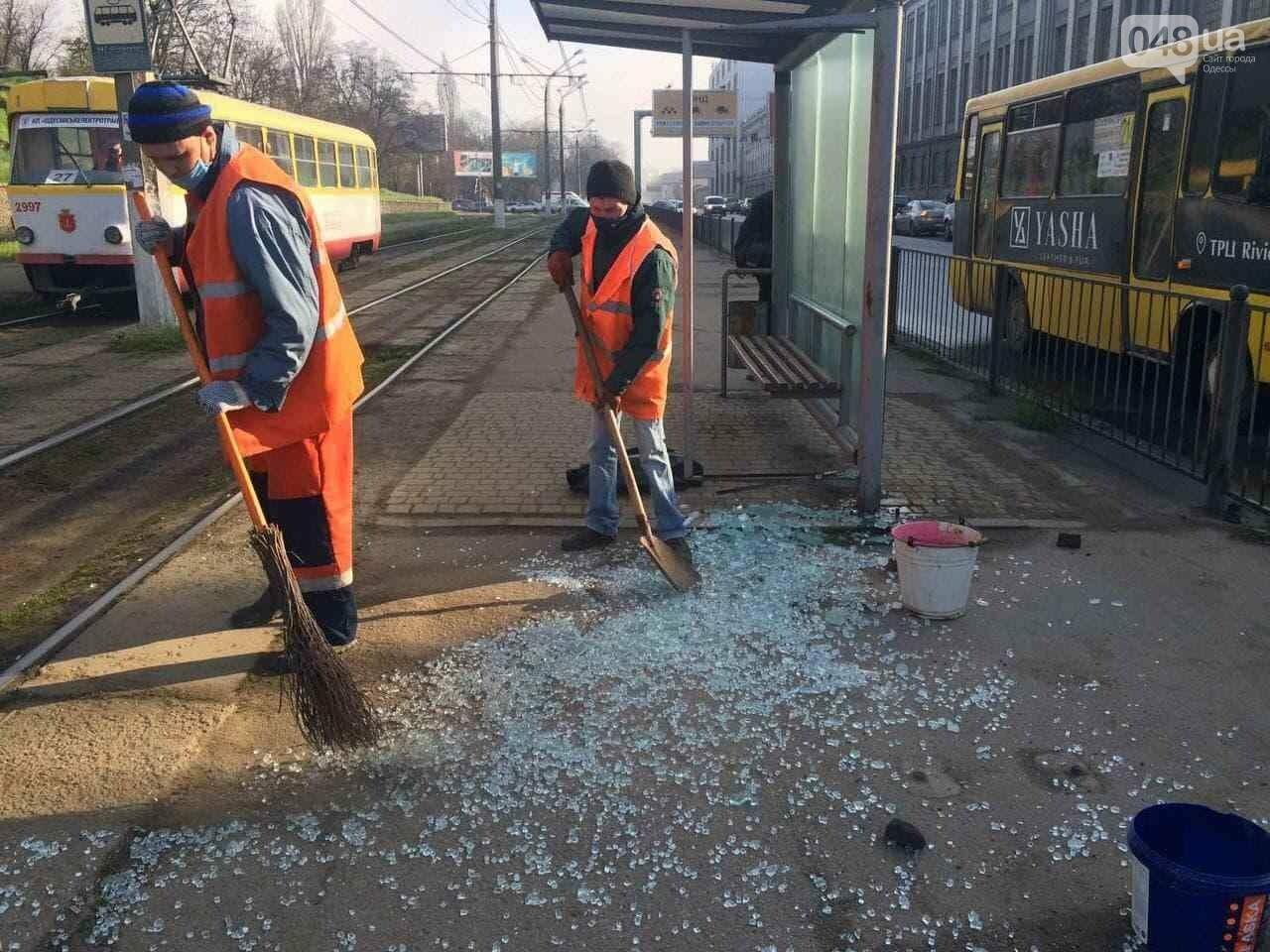 В Одессе ночью разбили стеклянную остановку,- ФОТО, фото-2