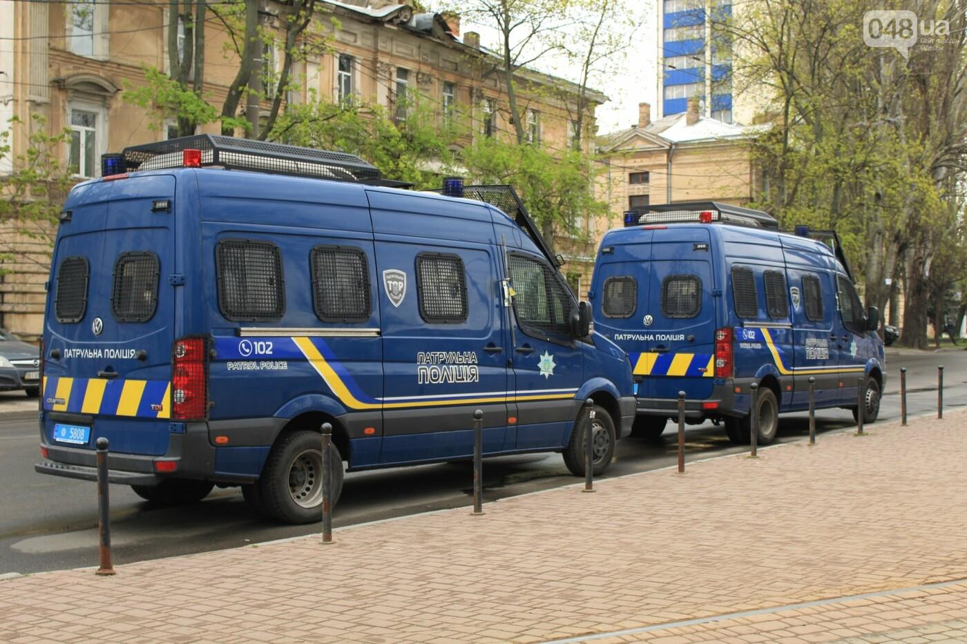 В Одессе к Дому профсоюзов несут цветы под присмотром полиции и медиков, - ФОТО, ВИДЕО , фото-1