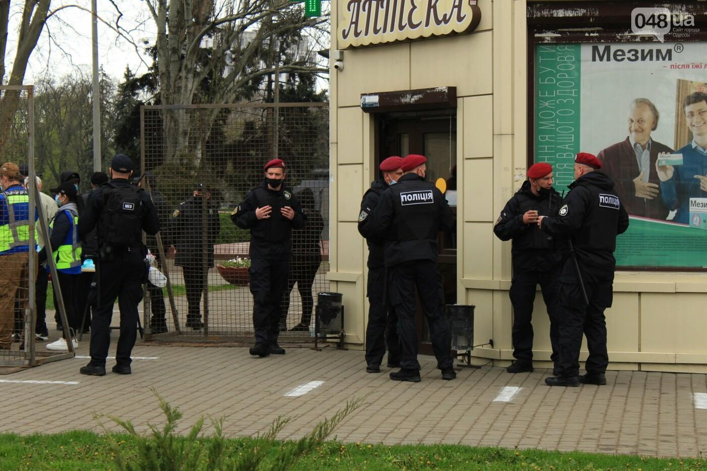 В Одессе к Дому профсоюзов несут цветы под присмотром полиции и медиков, - ФОТО, ВИДЕО , фото-4