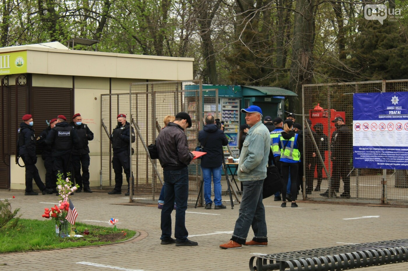 В Одессе к Дому профсоюзов несут цветы под присмотром полиции и медиков, - ФОТО, ВИДЕО , фото-5