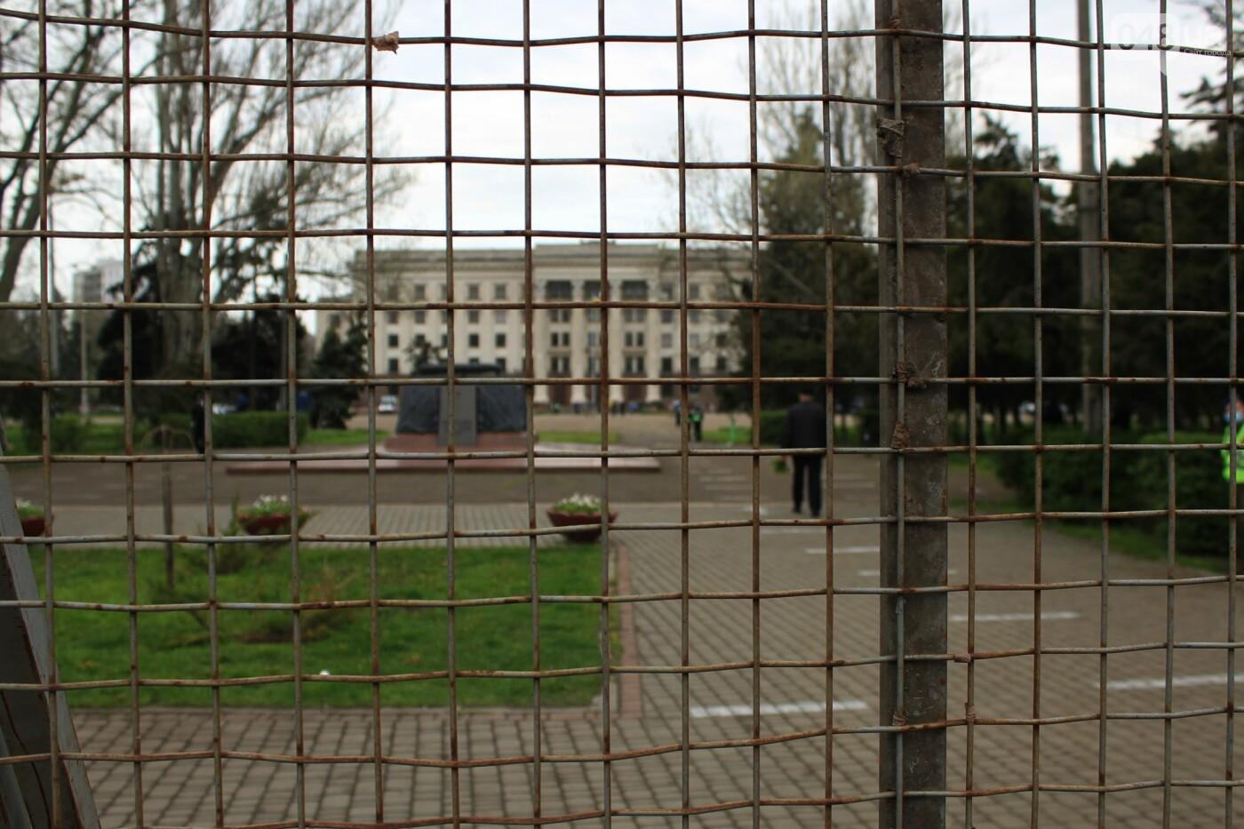 В Одессе к Дому профсоюзов несут цветы под присмотром полиции и медиков, - ФОТО, ВИДЕО , фото-6