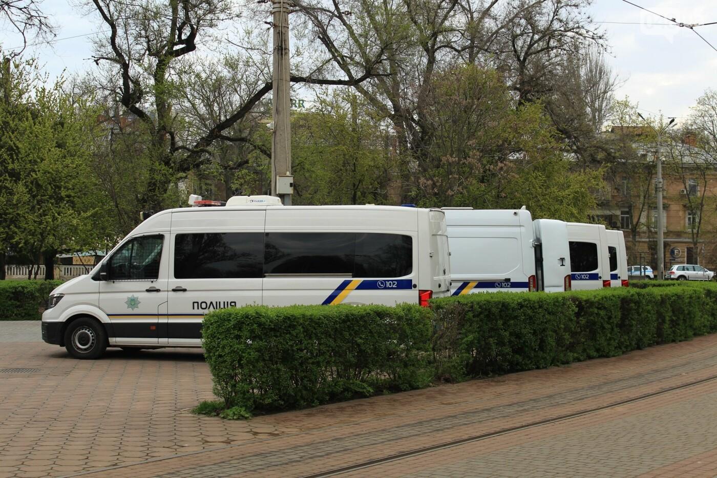 В Одессе к Дому профсоюзов несут цветы под присмотром полиции и медиков, - ФОТО, ВИДЕО , фото-7