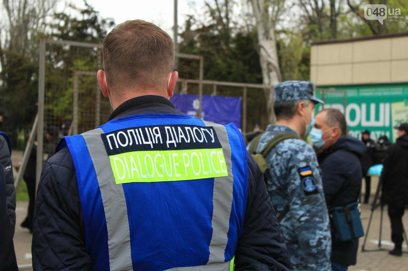 В Одессе к Дому профсоюзов несут цветы под присмотром полиции и медиков, - ФОТО, ВИДЕО , фото-8