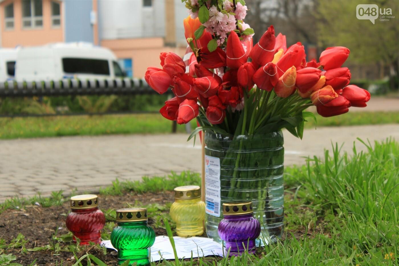 В Одессе к Дому профсоюзов несут цветы под присмотром полиции и медиков, - ФОТО, ВИДЕО , фото-9