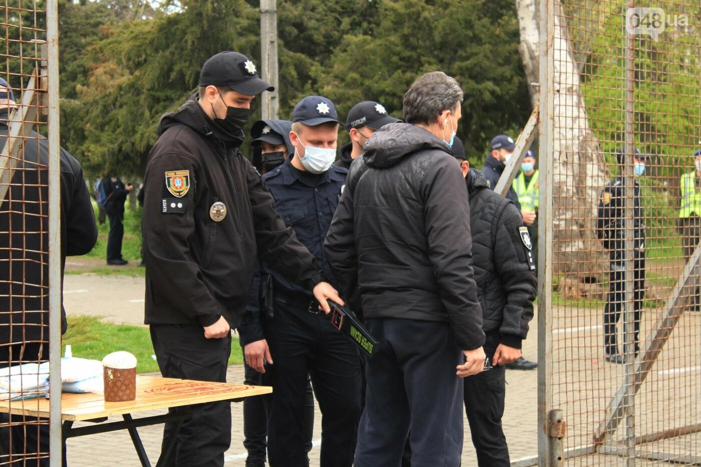 В Одессе к Дому профсоюзов несут цветы под присмотром полиции и медиков, - ФОТО, ВИДЕО , фото-11