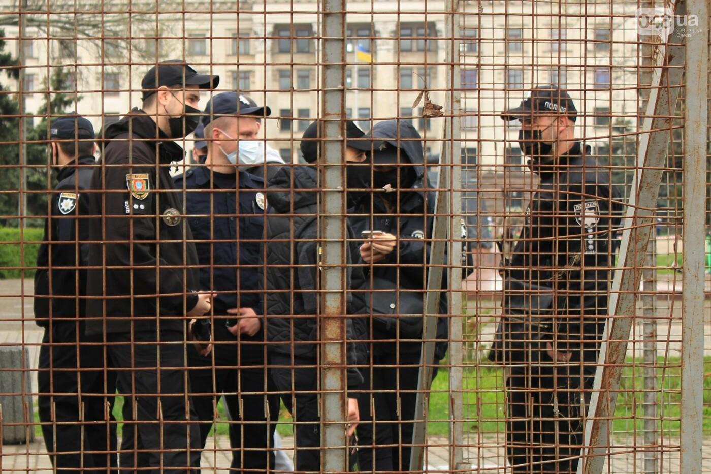 В Одессе к Дому профсоюзов несут цветы под присмотром полиции и медиков, - ФОТО, ВИДЕО , фото-12