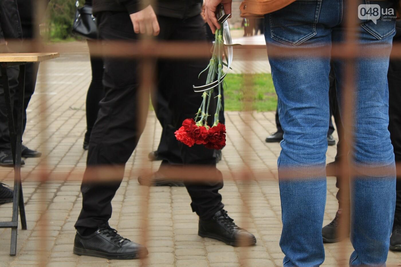 В Одессе к Дому профсоюзов несут цветы под присмотром полиции и медиков, - ФОТО, ВИДЕО , фото-14