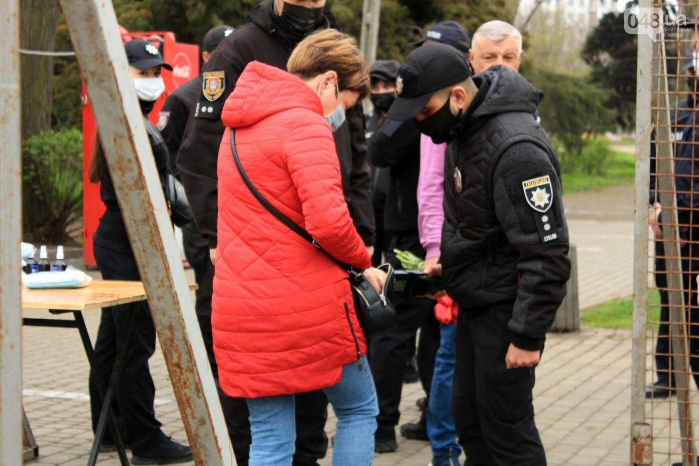 В Одессе к Дому профсоюзов несут цветы под присмотром полиции и медиков, - ФОТО, ВИДЕО , фото-15
