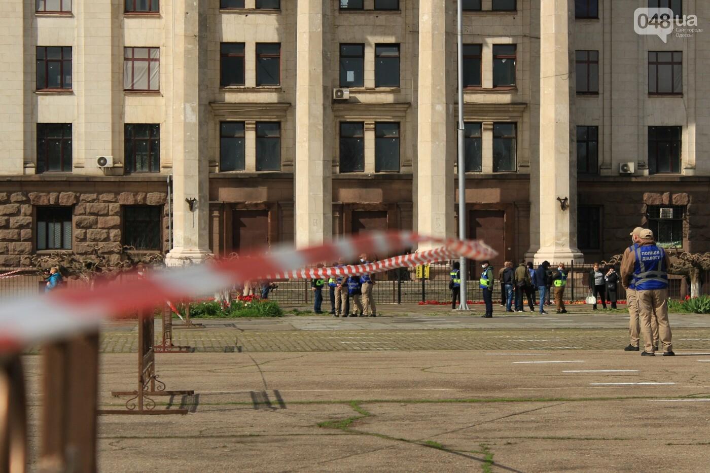 В Одессе к Дому профсоюзов несут цветы под присмотром полиции и медиков, - ФОТО, ВИДЕО , фото-16