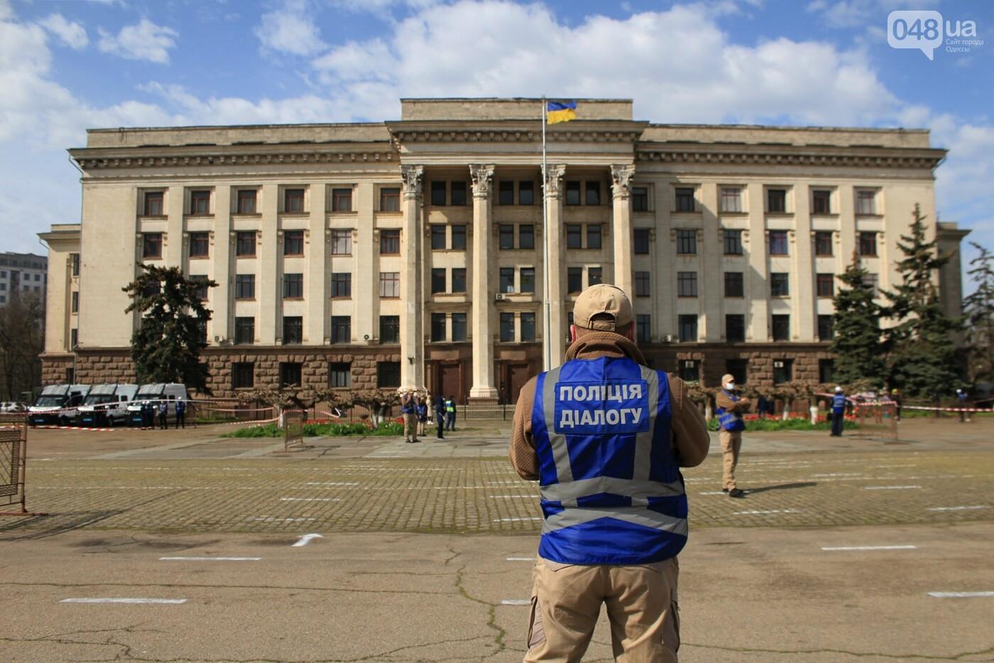 В Одессе к Дому профсоюзов несут цветы под присмотром полиции и медиков, - ФОТО, ВИДЕО , фото-17