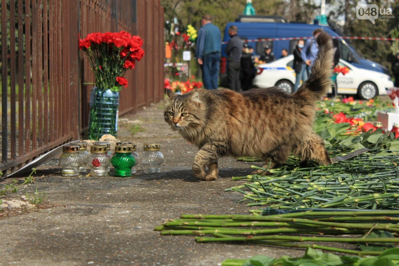 В Одессе к Дому профсоюзов несут цветы под присмотром полиции и медиков, - ФОТО, ВИДЕО , фото-18