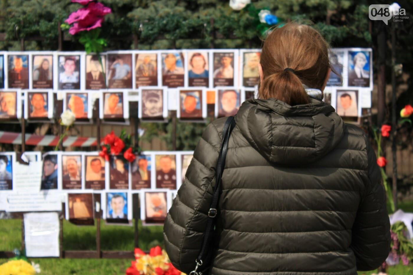 В Одессе к Дому профсоюзов несут цветы под присмотром полиции и медиков, - ФОТО, ВИДЕО , фото-19